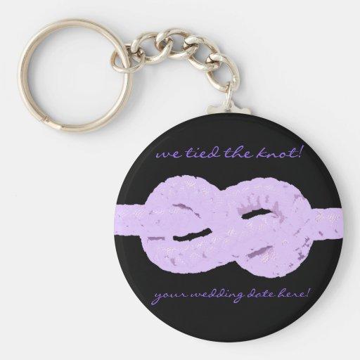 vi band fnurran! purpurfärgad bröllopfavör nyckelringar