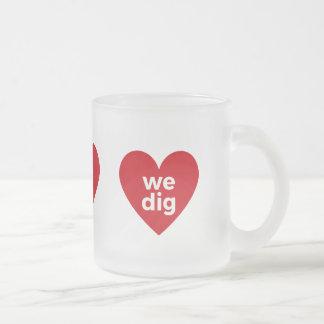 Vi gräver - rött frostad glas mugg