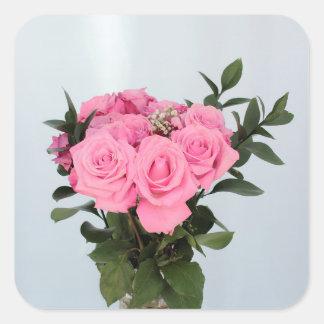 Vibrerande bukett av härliga rosa ros fyrkantigt klistermärke