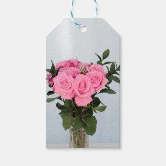 Vibrerande bukett av härliga rosa ros pack av presentetiketter
