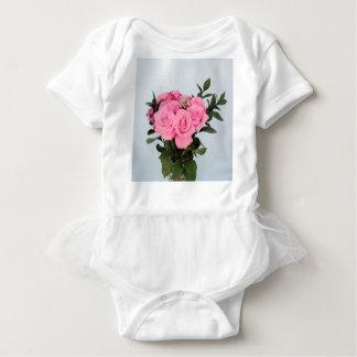 Vibrerande bukett av härliga rosa ros t-shirts