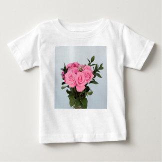Vibrerande bukett av härliga rosa ros t shirts
