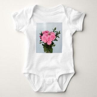 Vibrerande bukett av härliga rosa ros tee shirts