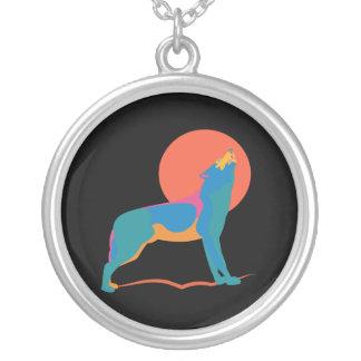 Vibrerande varg som tjuter på en enorm röd orange silverpläterat halsband