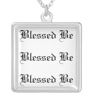 Vid lagen av tre som välsignas var halsband med fyrkantigt hängsmycke