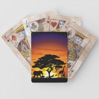 Vilda djur på Savannahsolnedgången som leker kort Spelkort