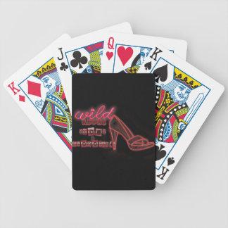 vilden skor omkring spelkort