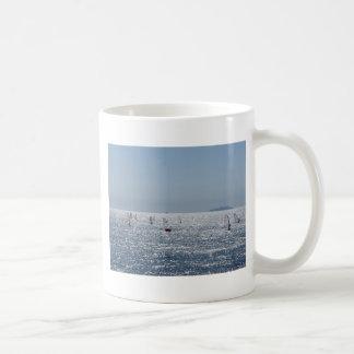 Vindsurfa i havet. Surfaresilhouettes Kaffemugg