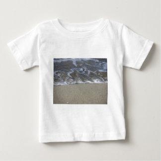 Vinka av havet på sandstranden t-shirts