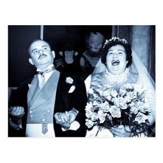 Vintage bröllopbildlycklig kopplar ihop den roliga vykort