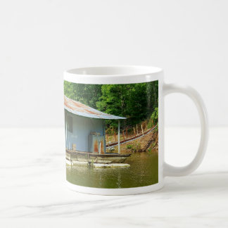 Vintage övergett fartygskeppsdockahus på vatten kaffemugg