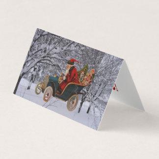 Vintage Santa som kör i moderna kort för en