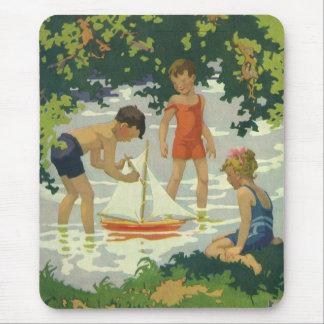 Vintagebarn som leker damm för musmatta