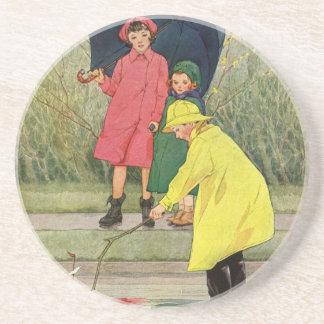 Vintagebarn som leker pölleksakfartyg, regnar underlägg