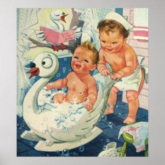 Vintagebarn som leker w, bubblar i svanbadkar poster