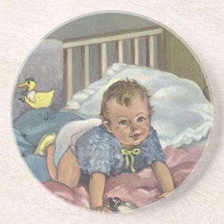 Vintagebarnet, den gulliga babyen som leker i underlägg