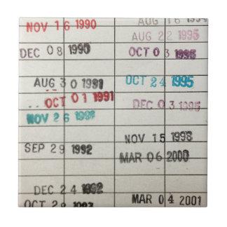 Vintagebibliotek daterar rakt kort kakelplatta