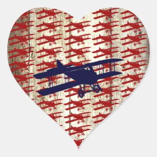 VintageBiplane på Wood flyggåvor för ladugård Hjärtformat Klistermärke