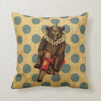 Vintagecirkusbjörn på motorcykeln med polka dots kudde