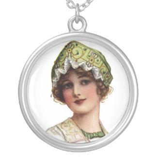 Vintagedamen pryder med pärlor och snör åt silverpläterat halsband