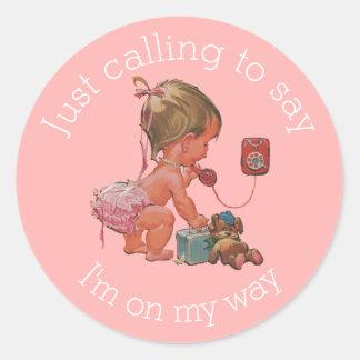 Vintageflicka på mobil baby shower runt klistermärke