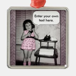 Vintagefoto av flickan på mobil beställnings- text julgransprydnad metall