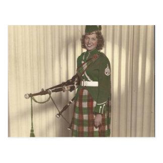 vintagefoto av säckpipeblåsareflickavykortet vykort