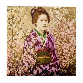 VintageGeisha som poserar i körsbärsröda blommar Liten Kakelplatta