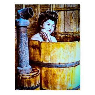 VintageGeishabadningen i ett trä badar Vykort