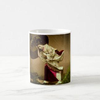 Vintagegeishaen i en Springtime regnar den Glass Vit Mugg
