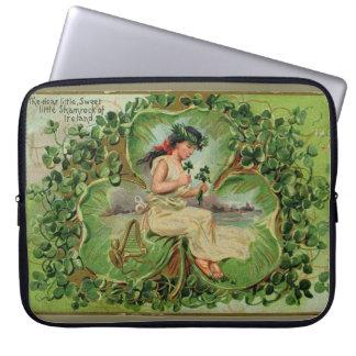 Vintageillustration av för sötsak shamrockflickan laptop sleeve
