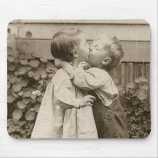 Vintagekärlekromantik barn som kysser första kys musmattor