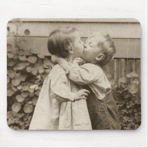Vintagekärlekromantik, barn som kysser, första kys musmattor