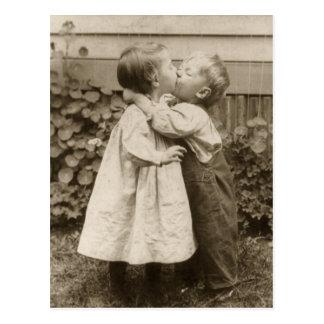 Vintagekärlekromantik barn som kysser första kys vykort
