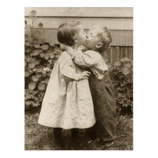 Vintagekärlekromantik, barn som kysser, första kys vykort