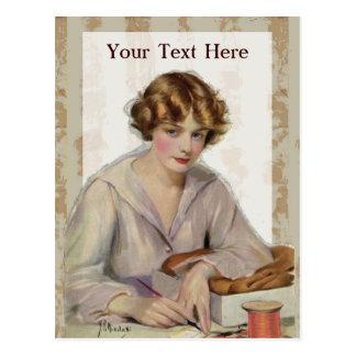 Vintagekvinna med ett brev vykort
