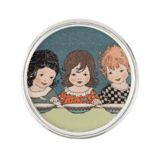Vintageliten flicka som äter systrar för soppa tre kavajnål