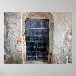 Vintagemetalldörr på en stenvägg av ett slott poster