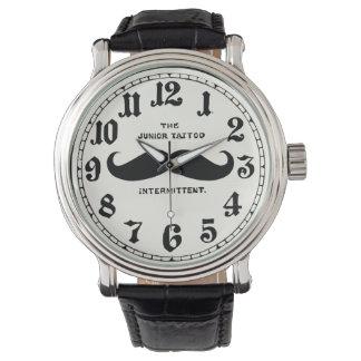 Vintagemustaschläder fäster klockan med numrerar armbandsur