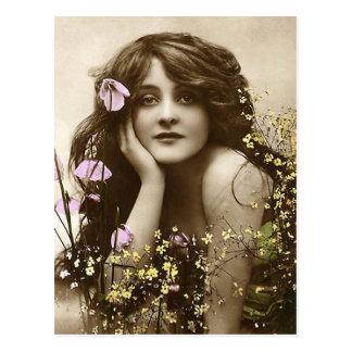 Vintageskönhet med blommor vykort