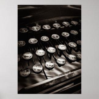 Vintageskrivmaskinsnycklar i svartvitt poster