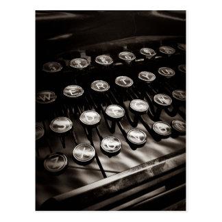 Vintageskrivmaskinsnycklar i svartvitt vykort