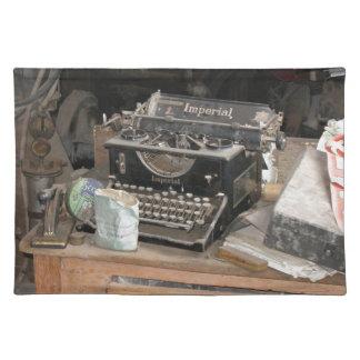 Vintagetypförfattare i dammigt kontorsseminarium bordstablett