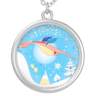 Vinterdrakeflyg till och med snöflingor silverpläterat halsband