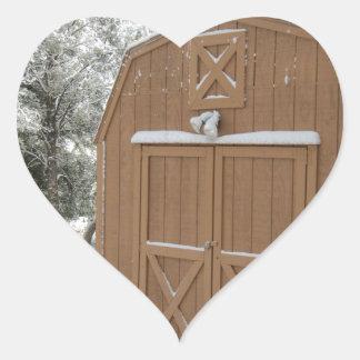 Vintersnö på ladugården hjärtformat klistermärke