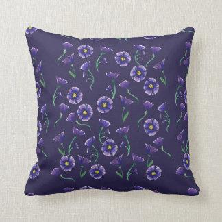 Violett lilablomma kudde