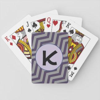 Violett sparrebrev som leker kort spelkort