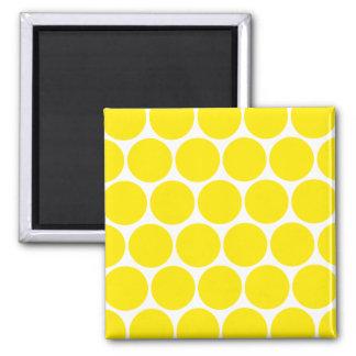 Vit med den gula polka dotsmönstermagneten magnet