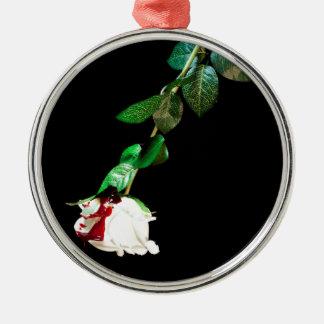 Vit ros som täckas med blod rund silverfärgad julgransprydnad