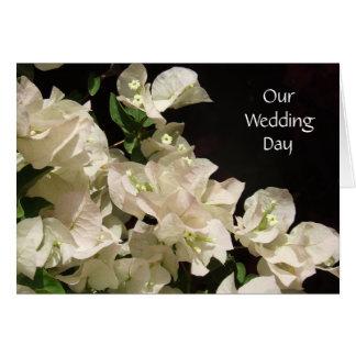 Vitbougainvilleaen blommar bröllopsdagkortet hälsningskort
